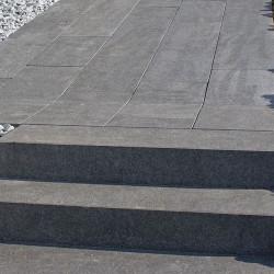 Granit Griys Grau Podestplatten 15 cm hoch gesägt und geflammt 100 x 100 cm