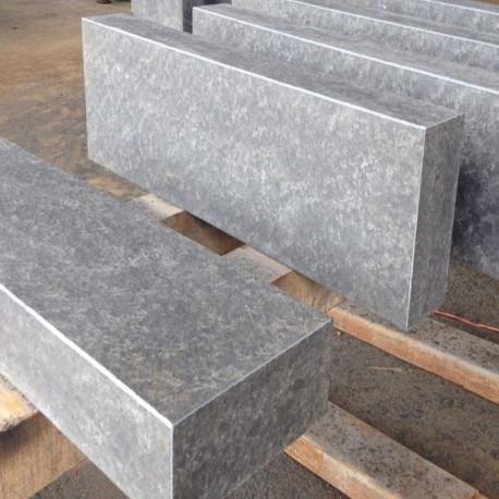 Granit Podestplatte Griys hellgrau geflammt 18 cm hoch