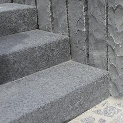 Granit Podestplatte Griys hellgrau geflammt 18 cm hoch mit Ausschnitt für Gitterroste