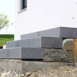 Granit Mauersteine Rot Schwarz 20 cm hoch gespalten auf Paletten
