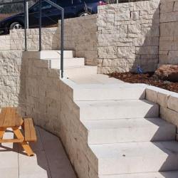 Granit Pflaster grau gespalten lose gelagert in Elz Westerwald